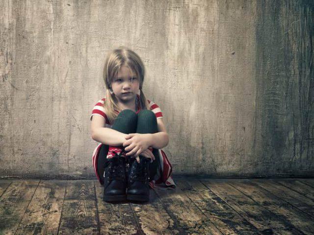 bambina abbandonata in casa