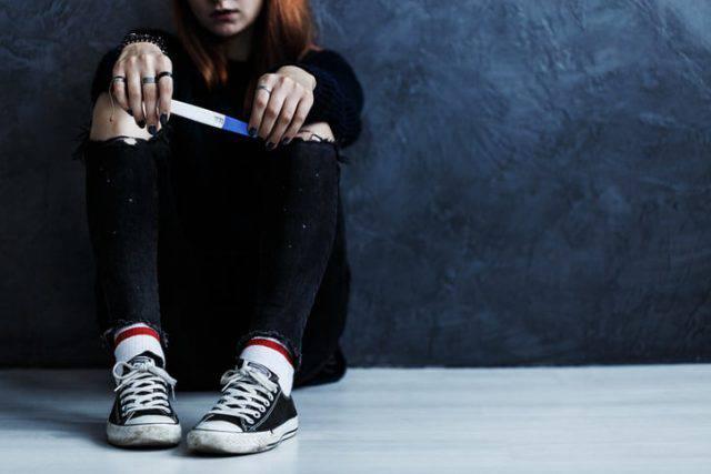 diciottenne incinta suicida