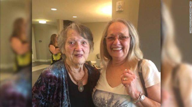 Una figlia creduta morta ha abbracciato la mamma dopo 70 anni (FOTO)