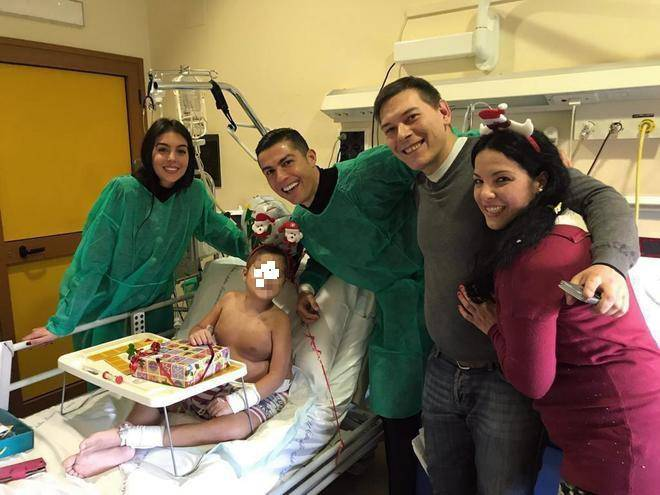 cristiano ronaldo visita i bambini