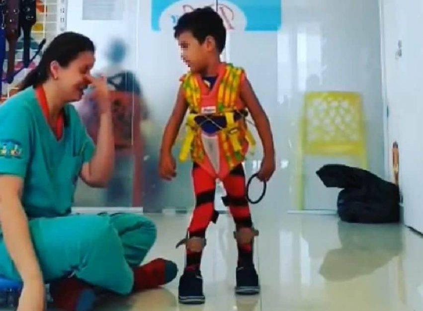 bambino disabile cammina