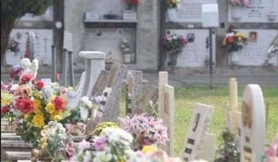 rubano sulla tomba di un bambino
