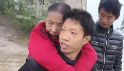 """Porta in spalla la mamma per 15 anni: """"lei è tutto il mio mondo"""" (FOTO)"""