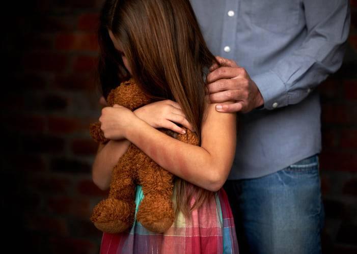 bambina violentata dal padre per 20 anni