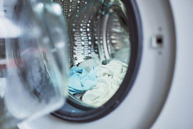 bambino nella lavatrice