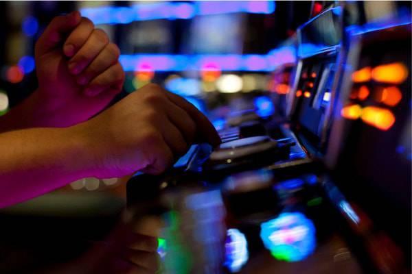 ragazzina gioca alle slot machine