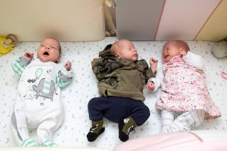 Una donna partorisce un bambino con la FIV e due gemelli concepiti naturalmente