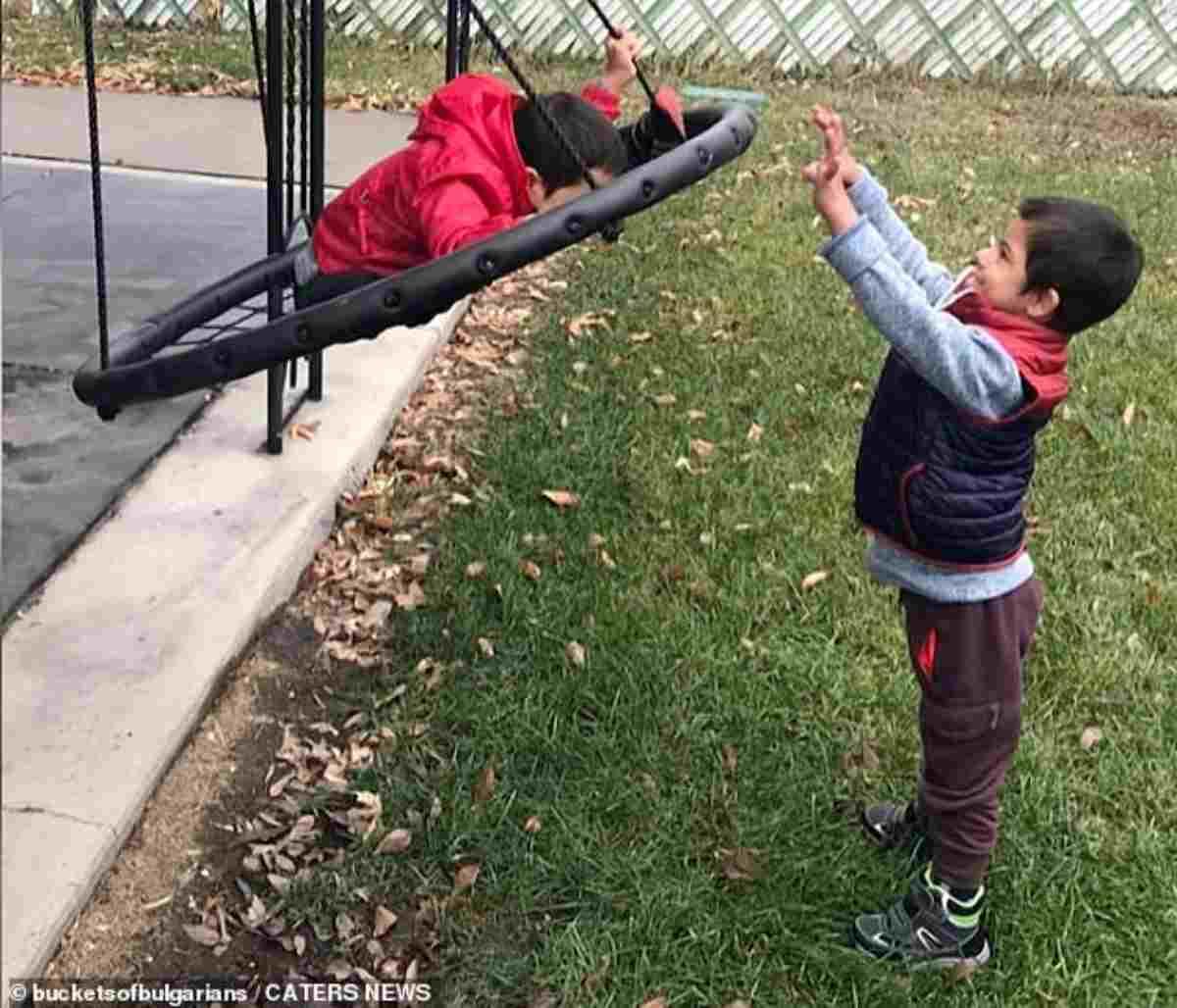bambino sindrome down aiuta fratellini 2
