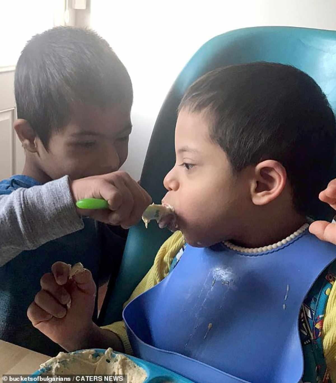 bambino sindrome down aiuta fratellini 3