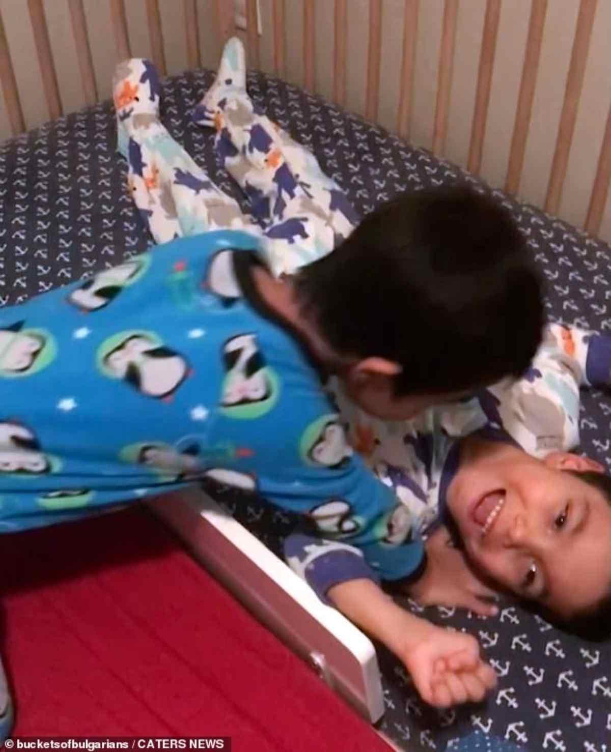 bambino sindrome down aiuta fratellini 4