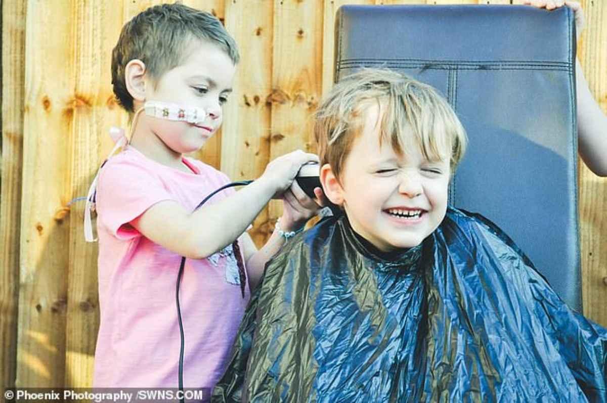 bambino si taglia i capelli per solidarietà