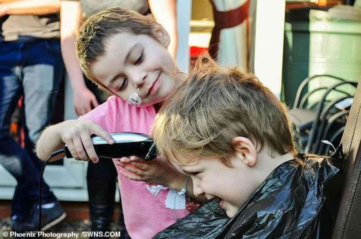 bambino si taglia i capelli per solidarietà 2