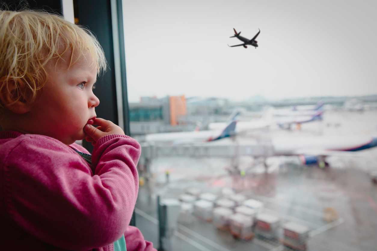 mamma dimentica il figlio in aeroporto