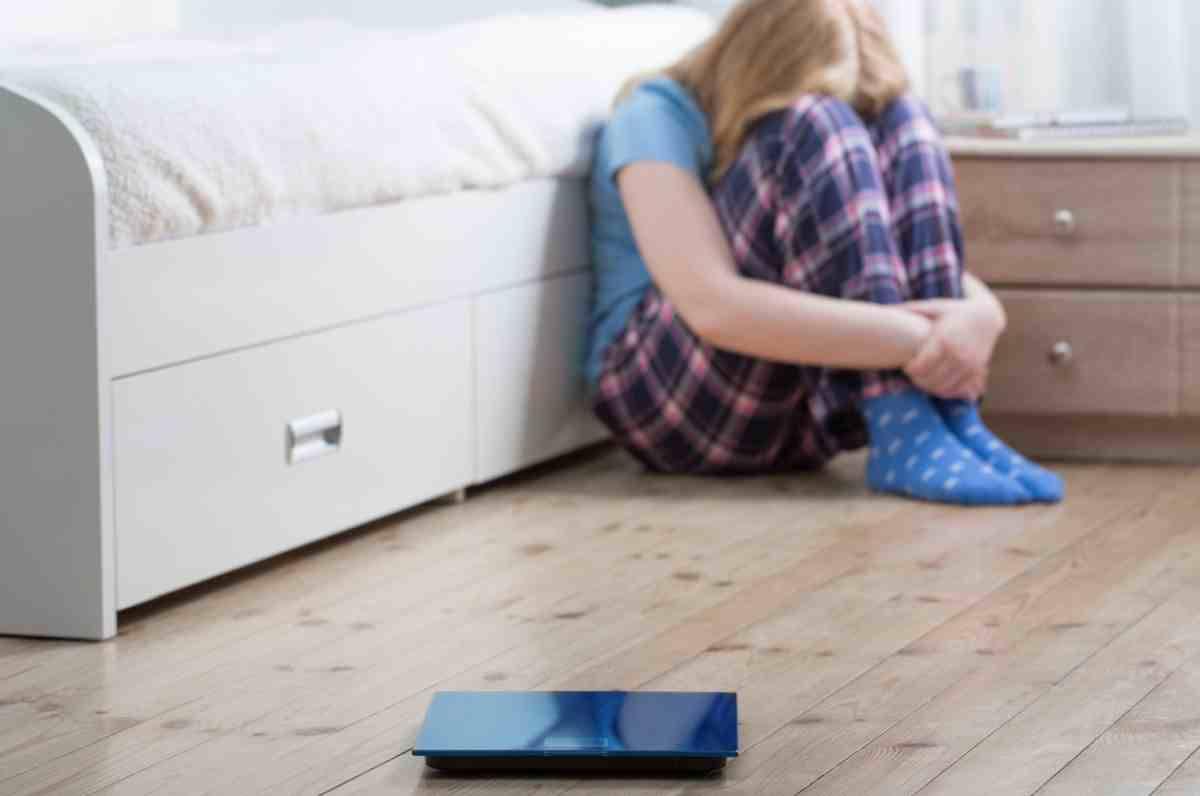 Impediva alla figlia di sedici anni di mangiare: denunciata la madre