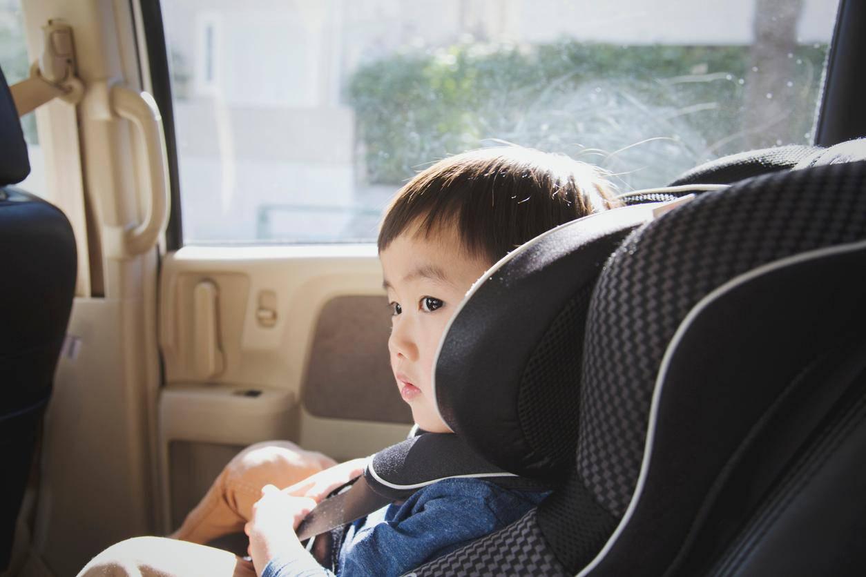 mamma lascia figlio in auto