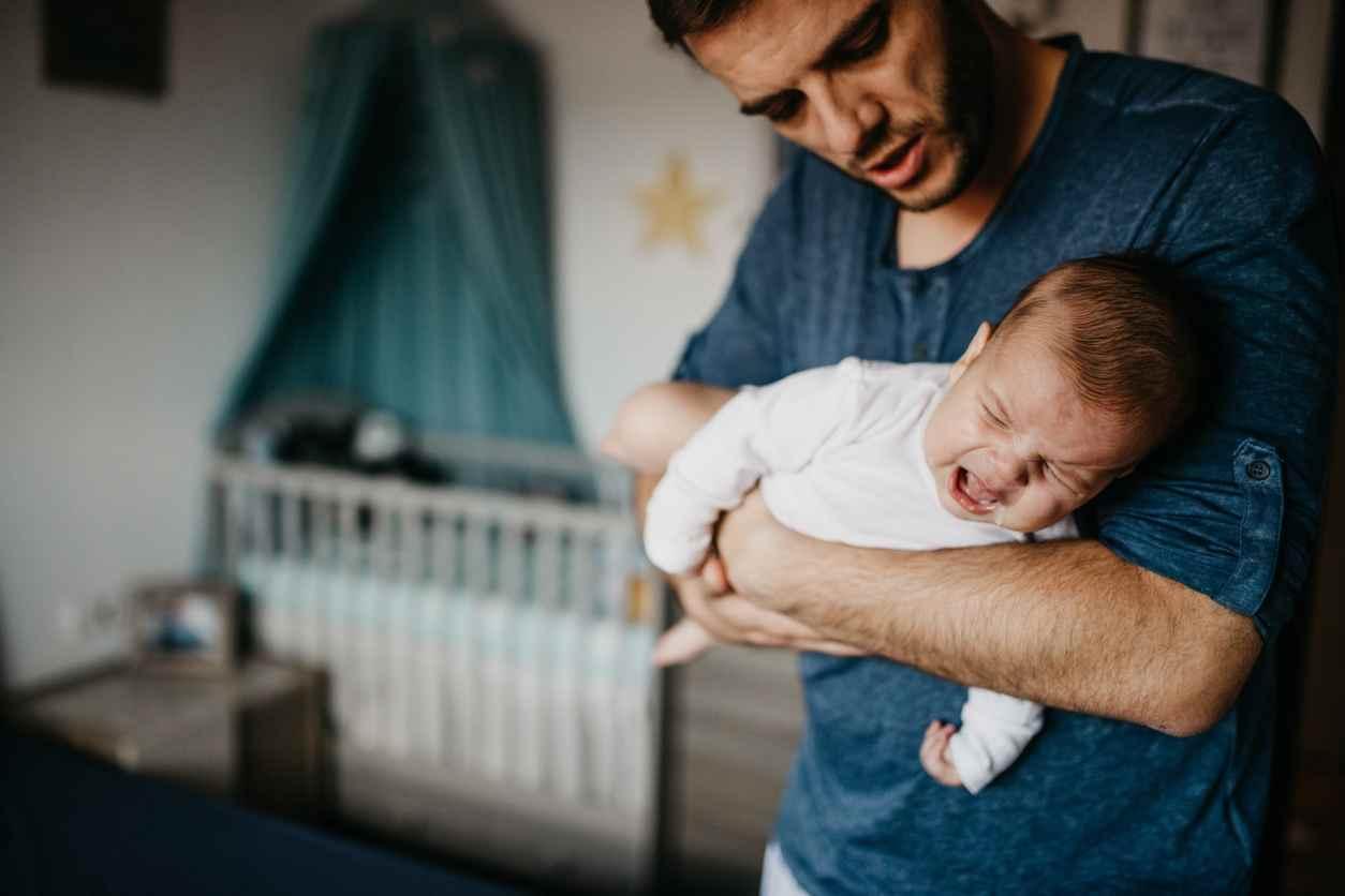 padre scuote neonata