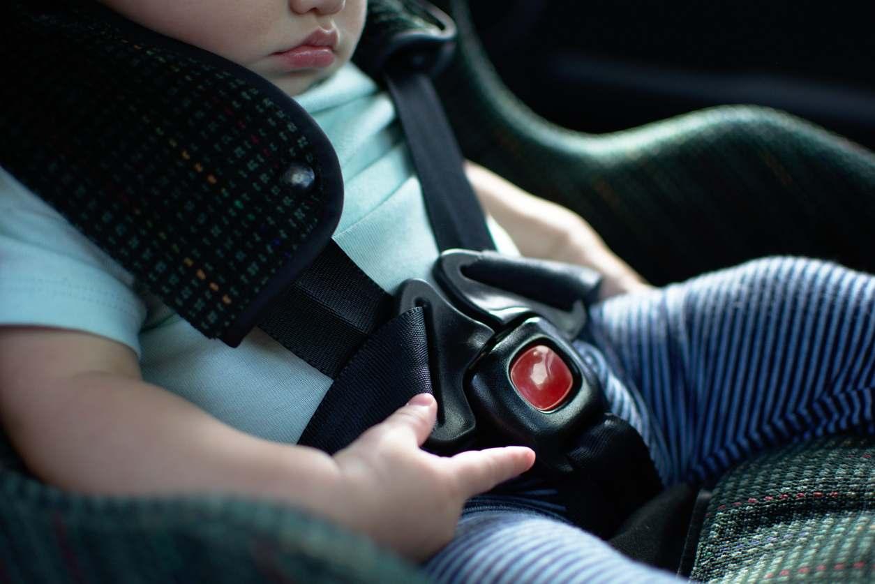 bambino lasciato in auto
