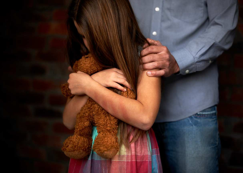 bambine abusate da 3 uomini