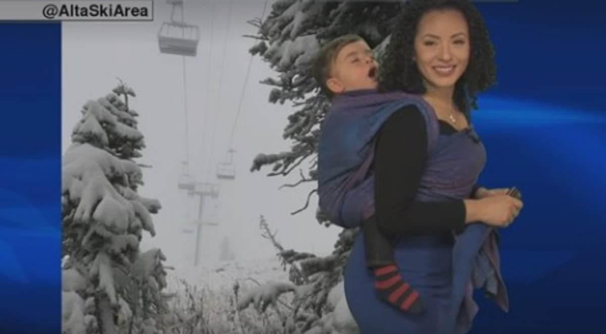 Una mamma metereologa porta al lavoro il figlio e il web impazzisce –  VIDEO