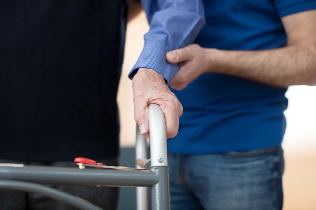 Anziano lasciato da solo e senza cure: arrestata la badante