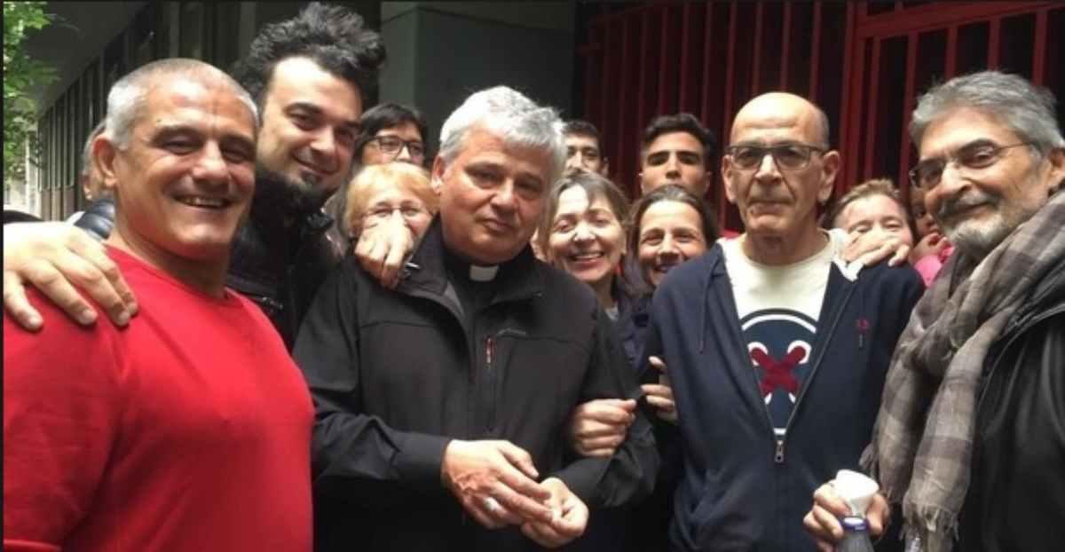 """L'elemosiniere del Papa aiuta centinaia di persone rimaste senza corrente """"pagherò io"""" – FOTO"""