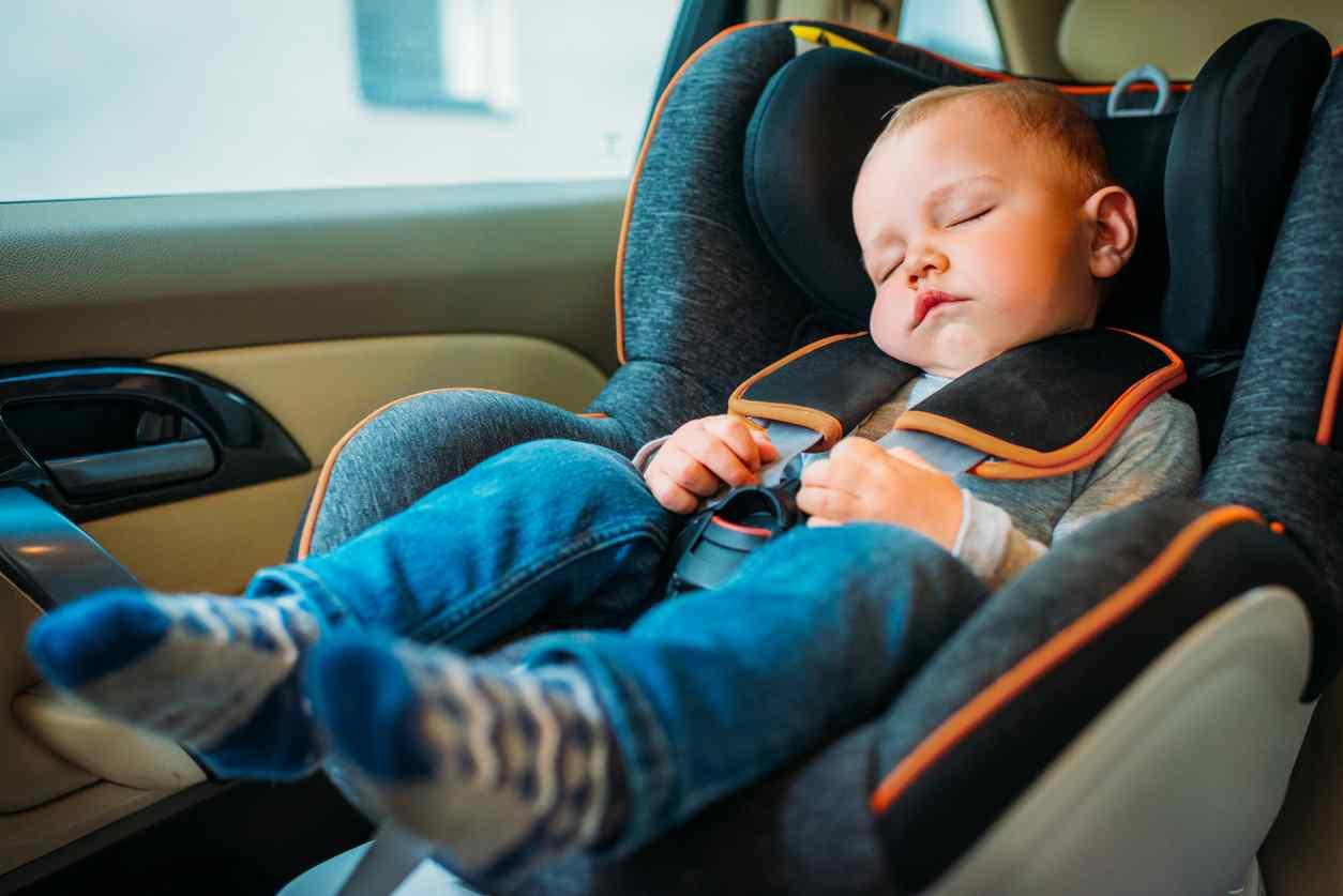 bambina chiusa in auto