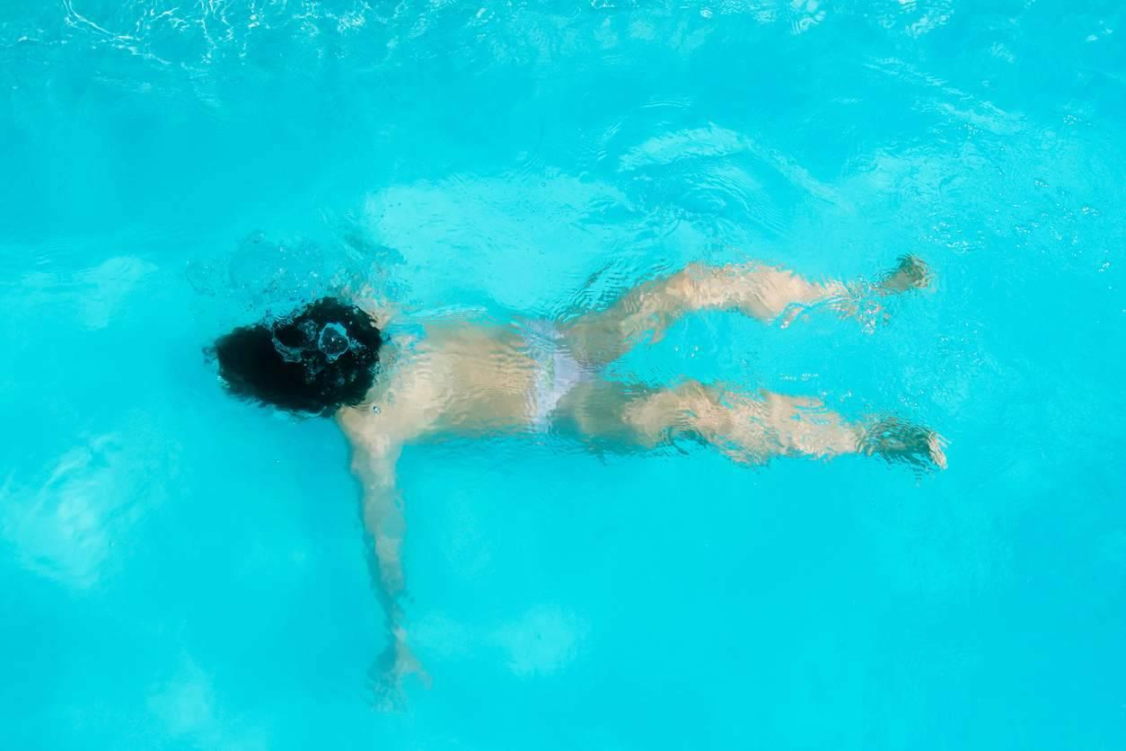 bambina rischia di annegare