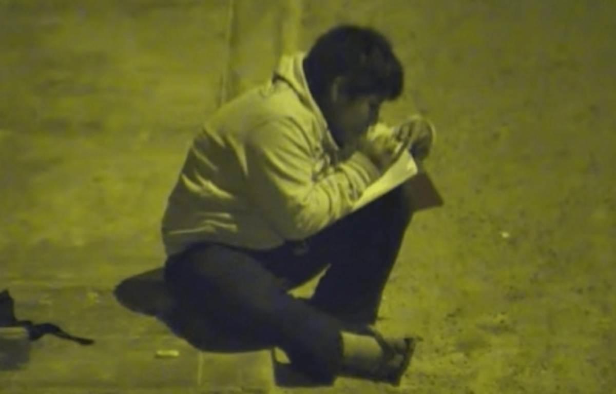 bambino studia sotto un lampione