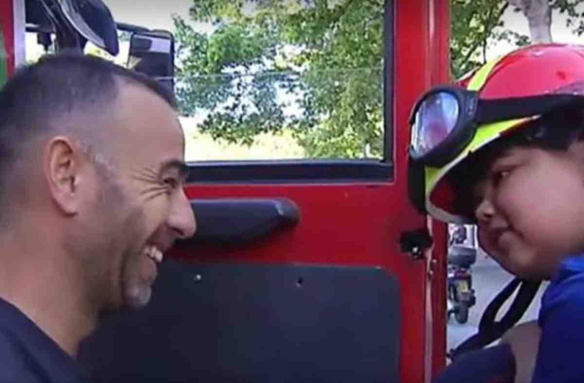 bambino aiutato dai pompieri