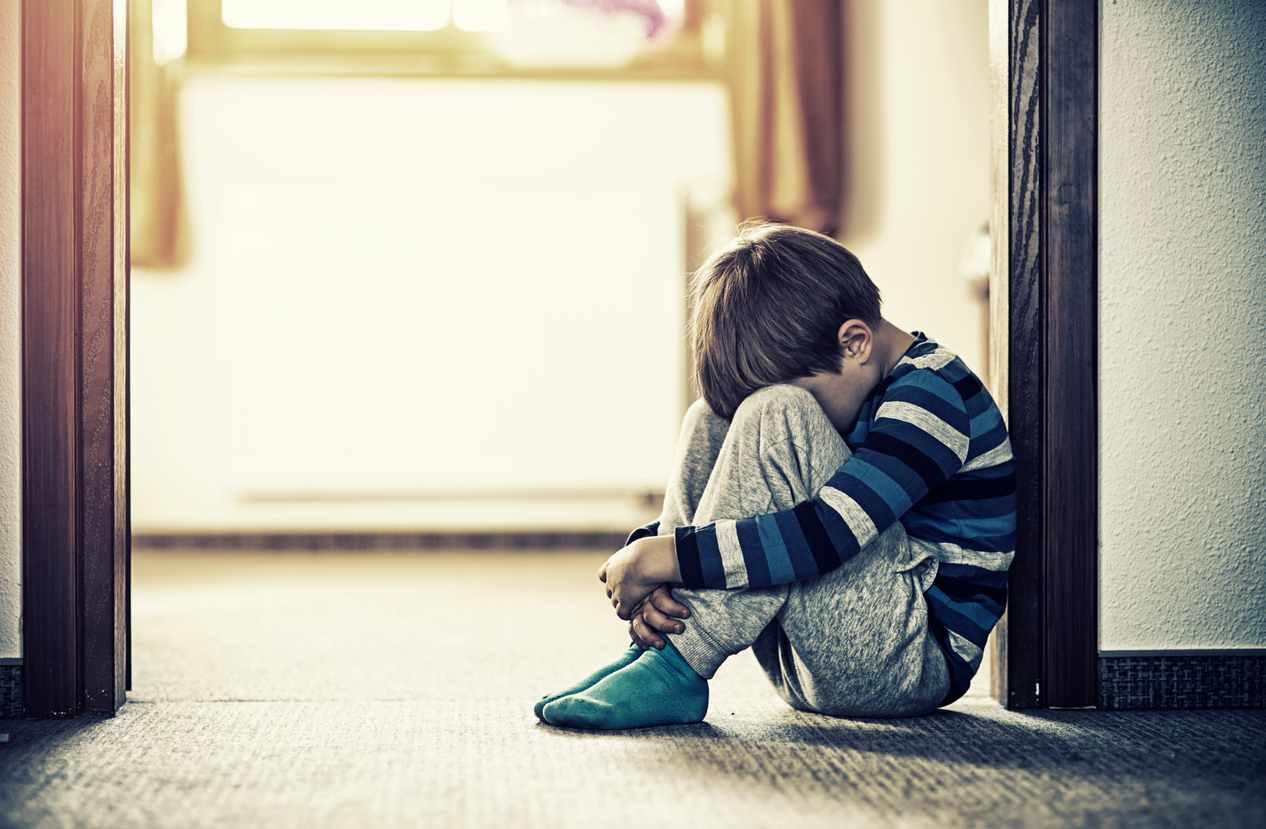 bambino segregato dai genitori