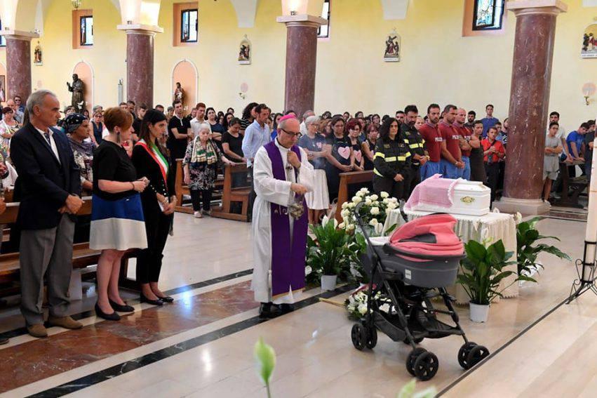 neonata morta tevere funerale