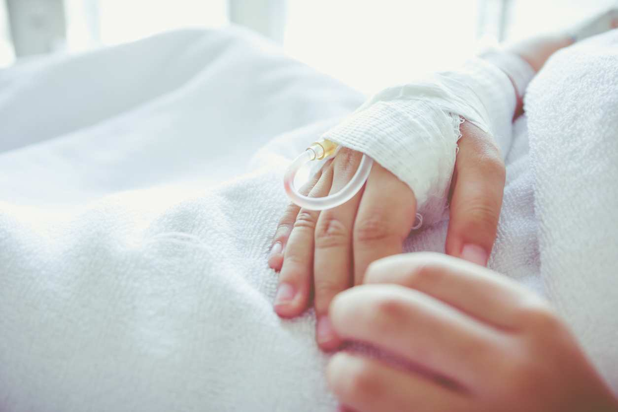 Bambina con un tumore grande come una mela salva con un miracoloso intervento