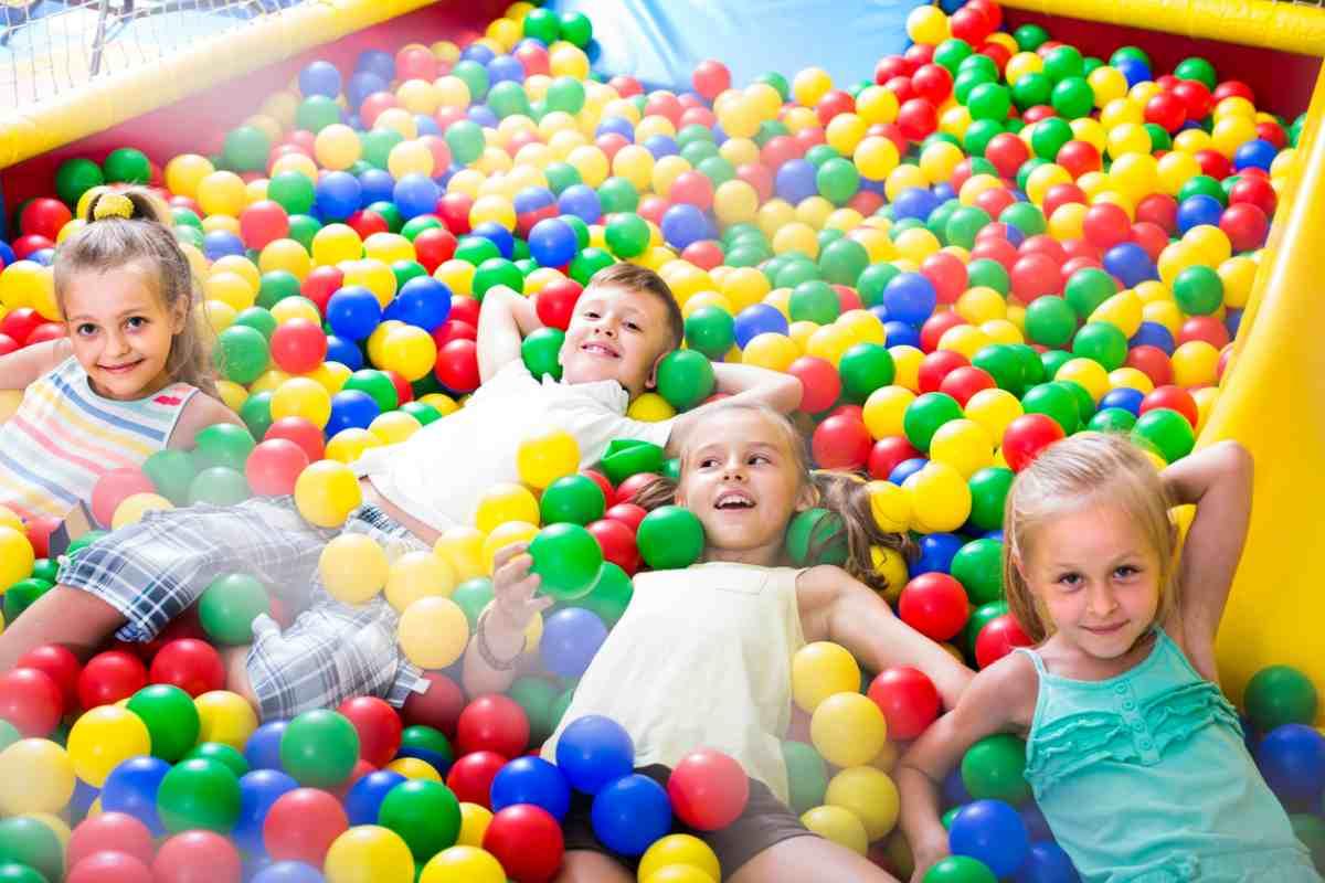 Le piscine di palline possono essere pericolose per i bambini: lo studio