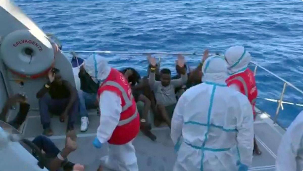 Open Arms, ultimo atto: gli immigrati sbarcano e festeggiano