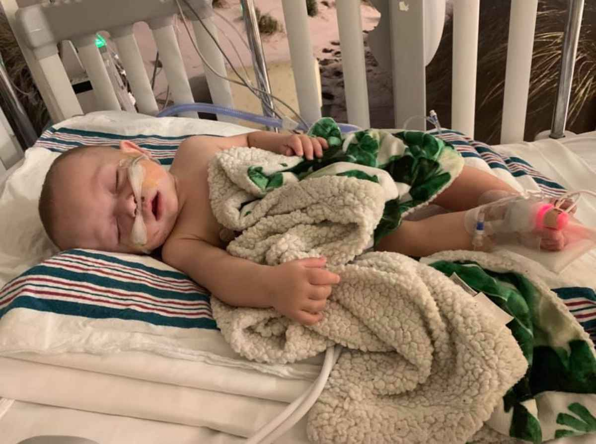 Un bambino di 8 mesi si ammala gravemente per un bacio – FOTO