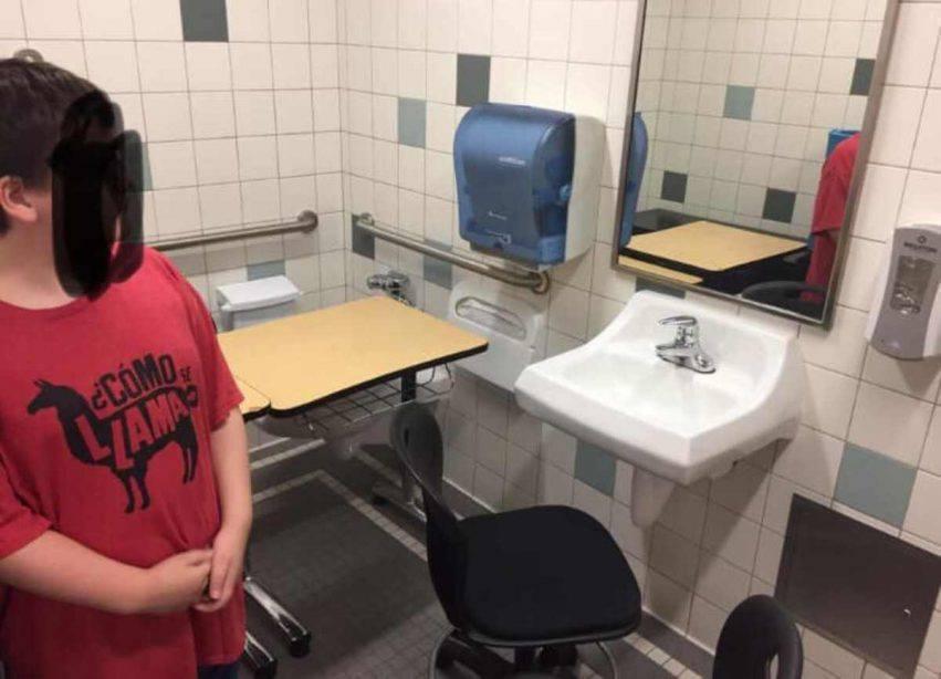 bambino autistico scrivania in bagno