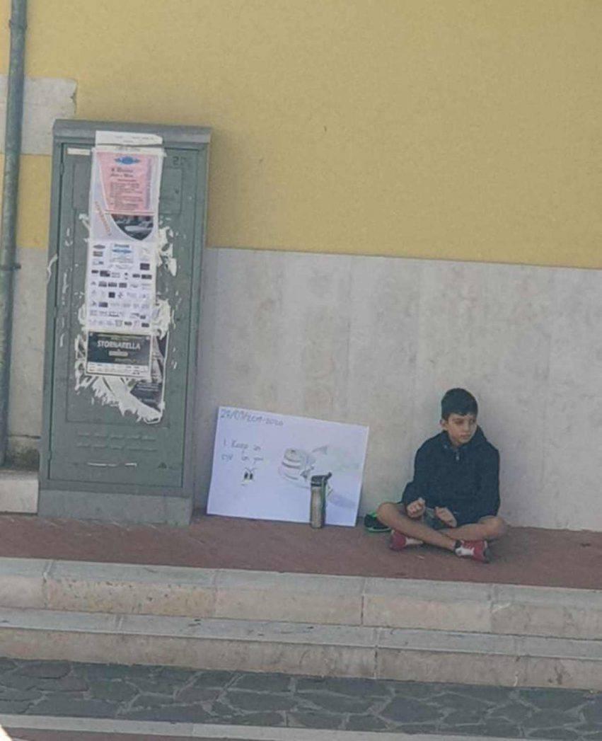 bambino sciopera da solo