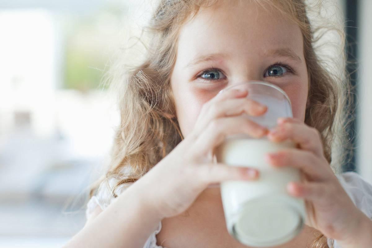 Da bere solo acqua e latte ai bambini fino a 5 anni, niente bibite zuccherate