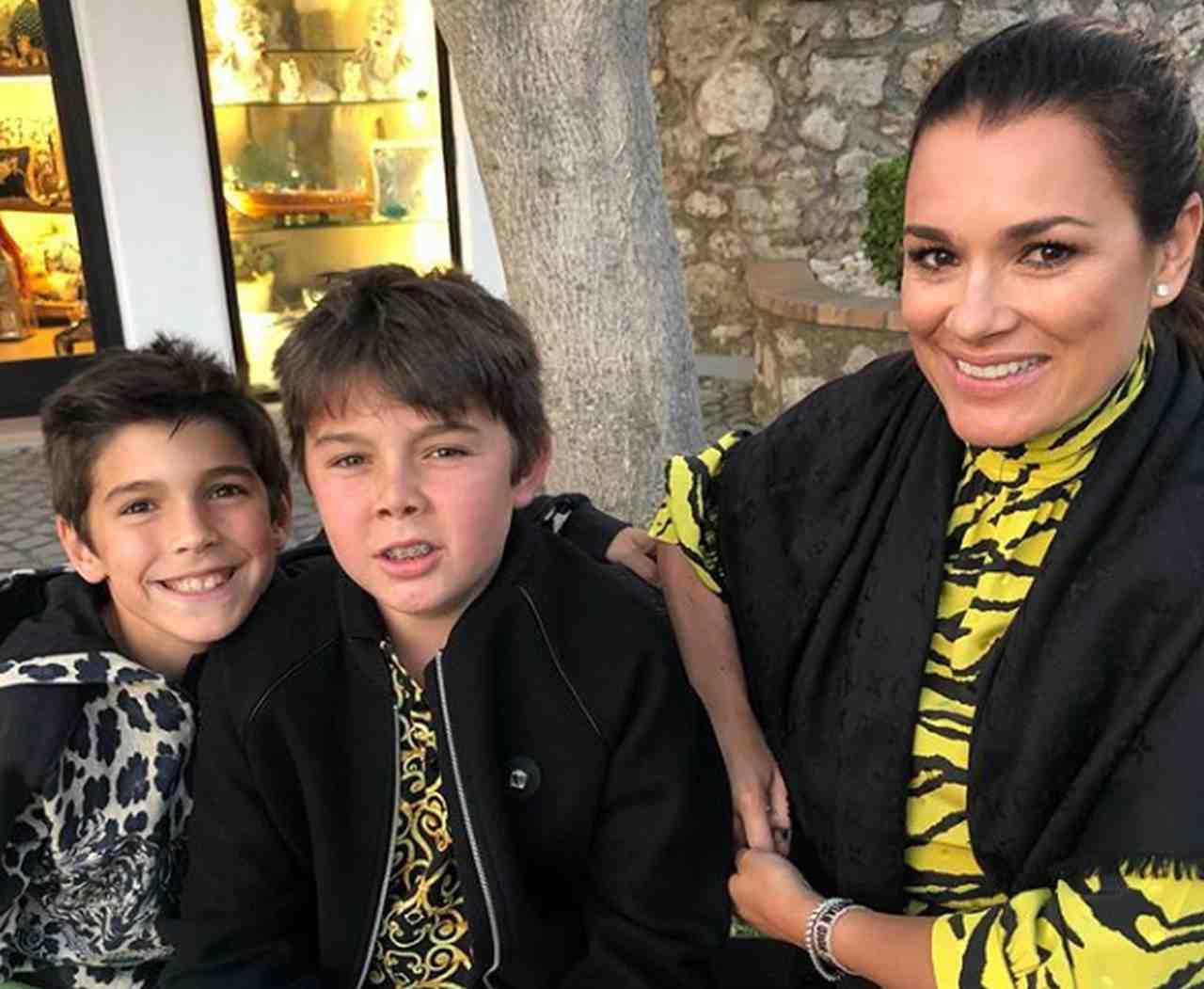 Alena Seredova criticata per le magliette stropicciate dei figli: la replica
