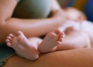 Arezzo neonato rischia di soffocare