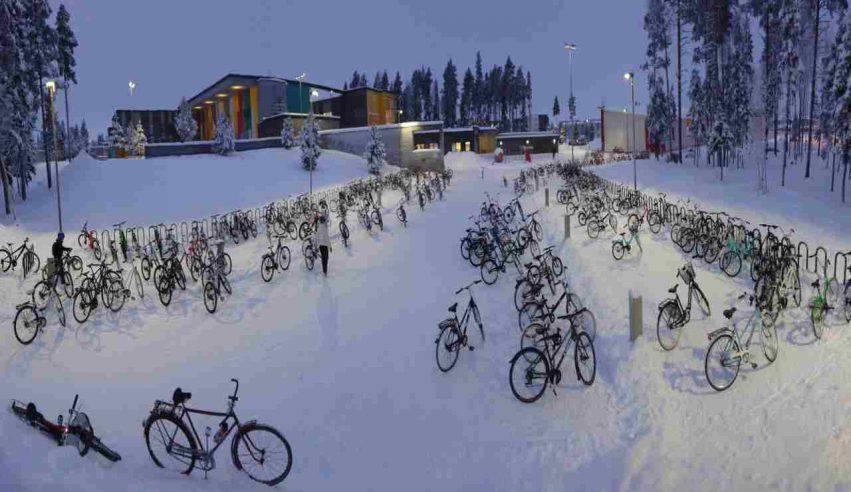 bambini in bicicletta in inverno