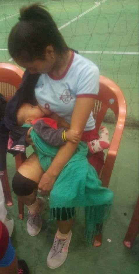 mamma pallavolista allatta il figlio