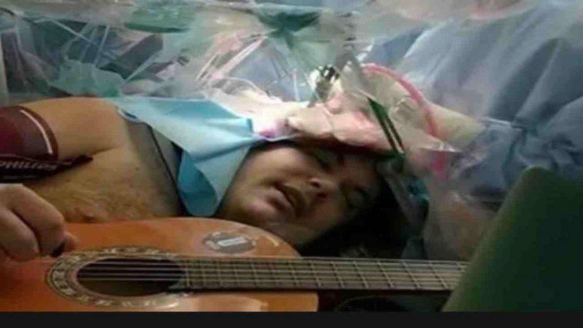 musicista operato mentre suona