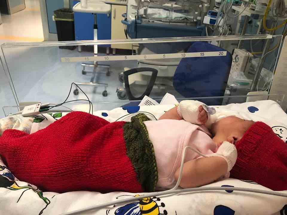 indumenti neonati prematuri mani di mamma