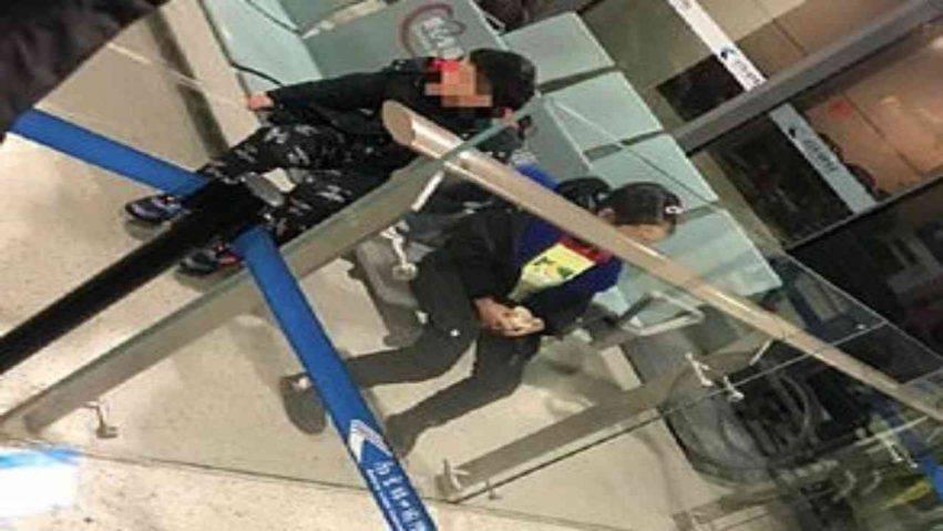 bambini abbandonati in aeroporto