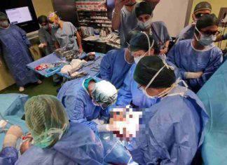 bambina operata mentre nasce