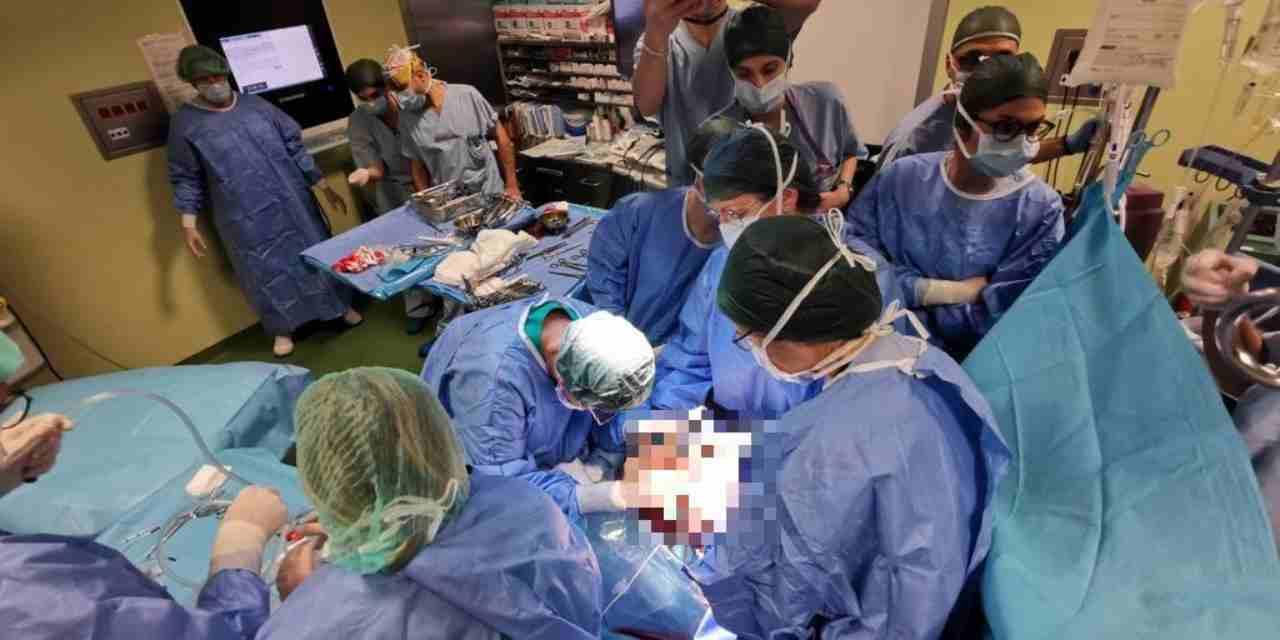 Bambina con un tumore operata in utero e poi fatta nascere