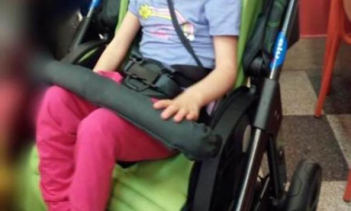 Rubano passeggino bambina disabile