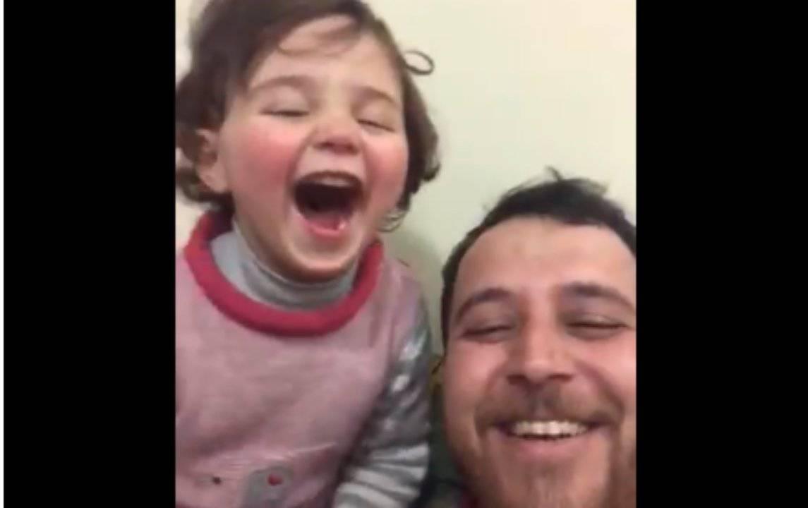 Un papà inventa un gioco per proteggere la figlia dalle bombe | VIDEO