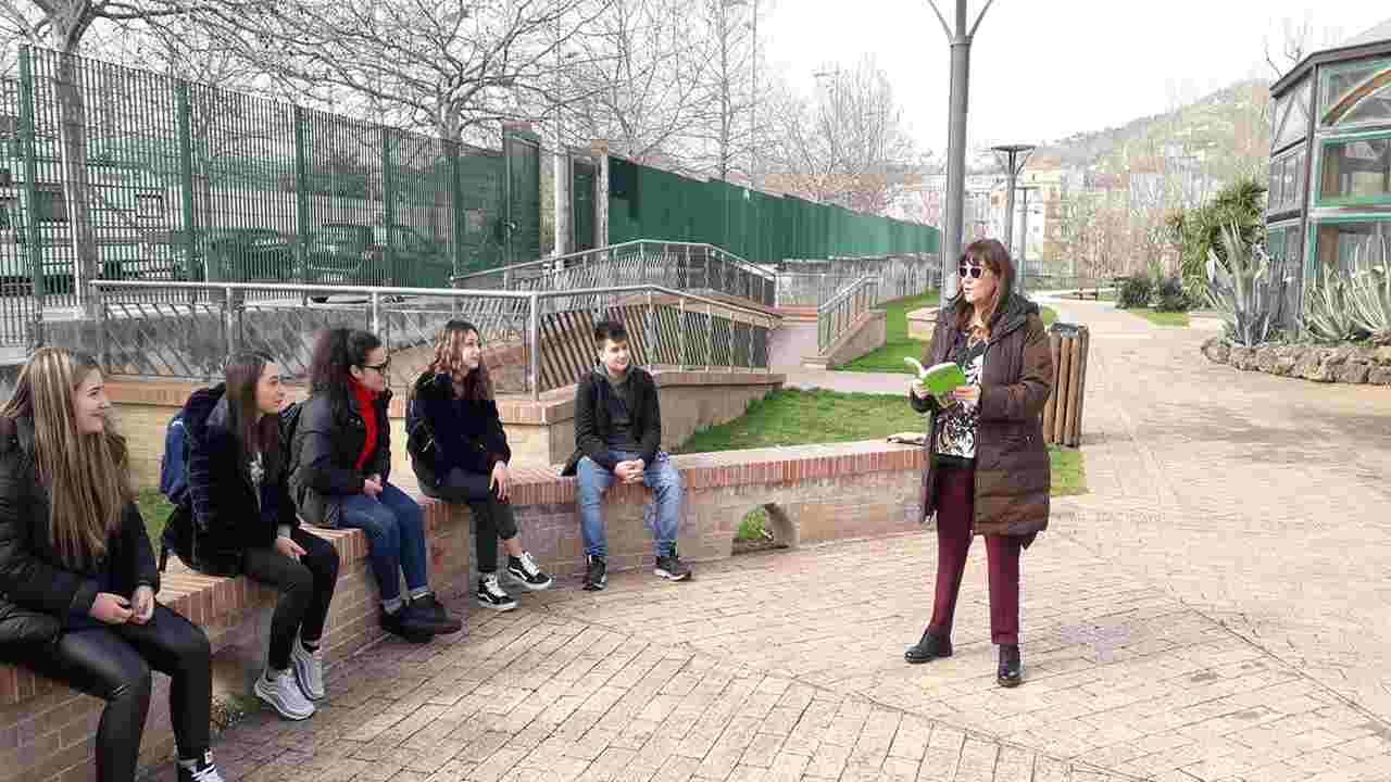 Coronavirus | Lezioni all'aria aperta: l'iniziativa di una docente | FOTO